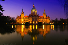 New Townhall by night (Little♥Krawler) Tags: lake reflection building nature architecture night germany landscape deutschland see nacht natur hannover architektur townhall rathaus landschaft gebäude niedersachsen noticethebrokenlightsinthemiddleofthetownhall