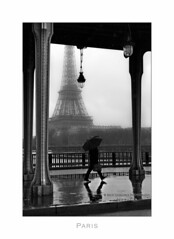 Paris n73 Sur le pont Bir-Hakeim (Nico Geerlings) Tags: bridge paris reflection rain seine umbrella reflections 50mm streetphotography rainy pont raining summilux parijs pontbirhakeim plui nicogeerings leicammonochrom ngimages nicogeerlingsphotography