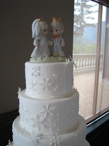 snowflakes wedding cake close-up
