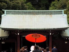 Traditional Japanese wedding at Meiji jingu shrine (Germn Vogel) Tags: wedding red people japan umbrella tokyo bride gate shrine asia traditional religion marriage procession shinto meiji kanto jingu eastasia shintoism earthasia