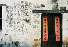 The door (JBB | MK00) Tags: voyage china leica travel colour classic film 35mm asia kodak rangefinder asie 100 manual  m3 chine wuyuan jiangxi 2016   leicam3 summicron50mmf2 kodakektar100