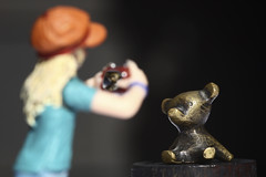 The photographer: At the brass-museum (Nitekite) Tags: bear macro canon photographer makro brass messing br fotografin schleich macromondays theperiodictable nitekite cuzn37