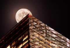 Supermoon over NYC (noamgalai) Tags: nyc moon newyork building skyscraper bigmoon noamgalai supermoon