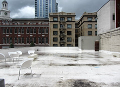 A View Of The Room (Robert Saucier) Tags: roof sky usa building architecture oregon portland chairs pica ciel toit chaises markspencer tatsunis img1336 orgon portlandinstituteofcontemporaryart