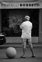 uomo a una palla (g_u) Tags: people bw man florence gente bn persone uomo negozio firenze gu bianco nero ugo palla piazzadellarepubblica fratellirossetti