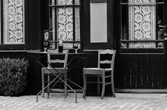 Le temps suspendu (cl_p) Tags: architecture table noiretblanc nb peinture vin iledefrance vangogh chaise verres bouteille patrimoine vincentvangogh peintre valdoise auverssuroise vexin aubergeravoux