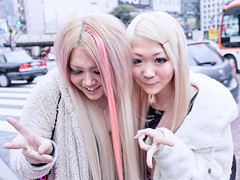 Pink-streaked Hair, Shibuya (tokyofashion) Tags: girls japan hair japanese tokyo shibuya gal blondehair peacesign hairstyle pinkhair 2012 extensions gyaru