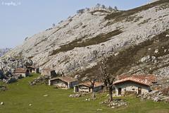 Cabañas en la majada de la Cueva (angelbg) Tags: asturias cabaña picosdeeuropa cangasdeonís parquenacionaldelospicosdeeuropa majadadelacueva