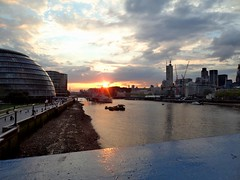 Atardecer sobre el Tmesis (thundersandlightnings) Tags: inglaterra bridge england sun london tower sol thames ro towerbridge river atardecer londres tmesis 19jun2012