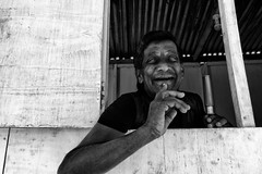 the man with yellow eyes (Claudia Merighi) Tags: street portrait people man blancoynegro monochrome smile face noiretblanc expression streetphotography monochromatic persone srilanka ricoh guardian k3 blackandwhitephotos retratoempretoebranco blackwhitephotos fotografiacallejera worldface retratoderua pentaxian blackandwhiteonly retratocallejero fotografiadistrada ritrattodistrada icbw portraitfromthestreet pentaxk3 ricohimages lamerighi claudiamerighi bnbwbwbiancoenero