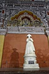 Le rajah et ses ombres (Chemose) Tags: sculpture india museum architecture canon eos january palace 7d palais thanjavur janvier rajah tamilnadu inde southindia tanjore indedusud saraswatimahal