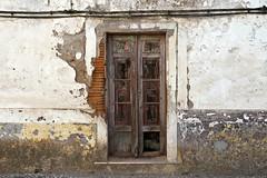 Puerta de Vila Viçosa (John LaMotte) Tags: puerta porta portugal door deterioro decayed dintel fachada infinitexposure vilaviçosa ilustrarportugal