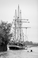 Ready to sail. (mzagerp) Tags: paris seine de juin flood rivire pont quai cru dorsay fiver zouave 2016 lalma