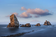 Arna Beach - Liencres - Cantabria - Espagne (www.antoniogaudenciophoto.com) Tags: sunset cloud beach stone sunrise spain sand espagne plage cantabria liencres arnia cantabrie playadelaarnia playadelaarna antoniogaudencio