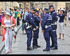 Polizia Municipale  & scores of tourists (michael_hamburg69) Tags: italien people italy florence italia strangers police tourist tuscany firenze toscane florenz toskana poliziamunicipale