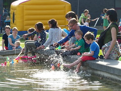 Buitenspeeldag plein gemeentehuis : 1200 kinderen doen mee (Sint-Katelijne-Waver) Tags: water kinderen gemeentehuis vijver spelen springkasteel waterpret eendjes leliestraat speeldag lemanstraat buitenspeeldag