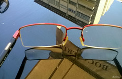Cuestin de enfoque. To see or not to see (Franco DAlbao) Tags: reflections table glasses focus dof physics gafas mesa laws reflejos pdc fsica optics ptica enfoque leyes dalbao francodalbao microsoftlumia