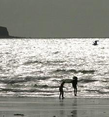Plant Yn Chwarae (SelFelin) Tags: uk beach wales fun jumping waves horizon cymru picnik traeth glanymor abermaw tonnau