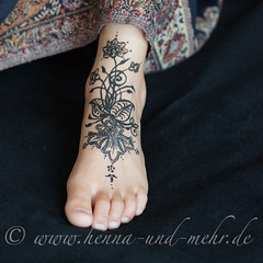Foot painted with khidab (olga_rashida) Tags: berlin art painting foot kunst bodypainting mehendi pied bodyart mehndi tatuaggio hennatattoo fus mehandi krperbemalung mehndidesign  lacca peinturecorporelle khidab hennadesign  hennamalerei tatouageauhenn hennabemalung kunstamkrper httpwwwhennaundmehrde bemalungmitkhidab