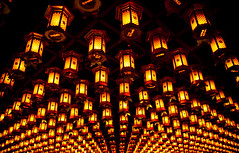 Lights of enlightenment (Jos Mecklenfeld) Tags: japan lights minolta faith religion buddhism miyajima  5d konica dynax itsukushima  budism    shingonbuddhism boeddhisme konicaminoltadynax5d  daishin