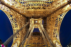 EIFELL EYE (Rober1000x) Tags: paris france architecture night eiffeltower explore torreeiffel francia 2012 campdemars groscaillou isladefrancia duchampdemars