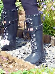 Walking 045 (Glimmer Rat) Tags: wellies rubberboots gummistiefel gumboots rainboots wellintons