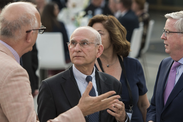 Patrick Oliva in discussion with Cornie Huizenga at the Gala Dinner