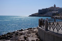 mare e Vieste (SS) Tags: camera city blue light sea summer vacation sky sun white motion water weather june backlight composition fence landscape photography skull boat mare waves mood glare peace angle wind pentax pov walk year perspective scenic july clear framing lungomare bianco puglia comments vieste vastness shimmer 2012 k5 celeste gargano costaadriatica shimmers