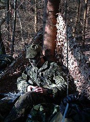 Aspirant radiovagt i patrulje basen (ssr.dk) Tags: radio uniform ssr soldat 361 rygsæk gevær m58 hjemmeværnet karabin hjv sløring kamphue aspirnat radiovagt patruljebase abeøre murerkasket sløringsnet
