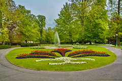 Giardino Castello di Praga (carlocorv1) Tags: giardino verde colori bleu cielo aiuola alberi natura fiori elitegalleryaoi bestcapturesaoi flickrbronzetrophygroup