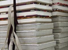 Detalhes dos livros (Zoopress studio) Tags: paper notebook handmade feitomo artesanal craft sketchbook fabric livro papel papier bookbinding coptic caderno handmadebooks handboundbooks encadernao zoopress encuadernacin zoopressstudio livrocopta copticboundbook