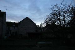 Le village (lundi 5 novembre 2012, 17:54:10). (Jean-Michel Leroy) Tags: france nature evening village jardin soir darksky vieillesmaisons veneuxlessablons cielbas herbessauvages jeanmichelleroy
