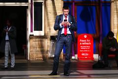 Paws for a refresh (Rhisiart Hincks) Tags: aros waiting mobilephone ffnsymudol 3 man dyn rheilffordd railway england lloegr station cryw gorsaf crewe