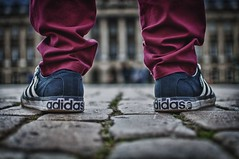 Adidas (_PiTiS_) Tags: brussels classic marketing photo rojo nikon shoes foto publicidad picture anuncio classics pies bruselas adidas belgica imagen zapatillas pantalon piernas bruxels pateando clasicas d5000