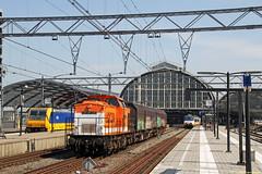 20160506 LC 220 + leeg huisvuil, Amsterdam CS (Bert Hollander) Tags: v100 cargo type loc zon amsterdamcentraal asd trein oranje 220 huisvuil locomotief lbl slps locon wagens 50085amfgeledn