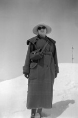 Berit Wallenberg at Jungfraujoch, Switzerland (Swedish National Heritage Board) Tags: camera 1920s woman snow hat sunglasses standing coat mulher sombra case gloves neve 1921 chapeu twenties casaco oculosdesol riksantikvarieämbetet theswedishnationalheritageboard