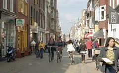 Folkingestraat (Jos Mecklenfeld) Tags: street leica city film 35mm zoom kodak citylife streetphotography groningen stad minilux folkingestraat colorplus kodakcolorplus leicaminiluxzoom epsonv500