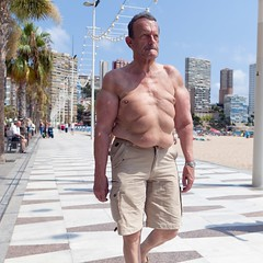Walking in the sun (Julio López Saguar) Tags: summer españa sun man sol walking spain alicante verano hombre benidorm paseando alacant paísvalenciano juliolópezsaguar