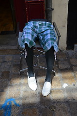 Rue de Bourgogne, Orlans (Pietmio) Tags: france nikon frankreich centre blau schuhe stuhl beine orlans weis sonderbar kariert uhrig d5100 nikond5100
