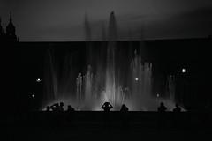 Fuente plaza Espaa (Mathias Brea) Tags: blancoynegro agua fuente personas siluetas
