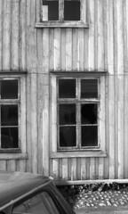 Detalj fra Lorckgrden i Kongens gate 2 (1984) (Trondheim byarkiv) Tags: abandoned window norway 35mm norge archive norwegen abandonedhouse archives bil noruega trondheim srtrndelag derelict ilford negativ vindu noorwegen trehus veteranbil kjpmannsgata detalj trndelag brostein arkiv trondhjem byarkiv trondheimkommune trebygning kongensgate gammelbil byantikvaren trondheimbyarkiv byantikvarensnegativsamling kongensgate2 kjpmannsgata20 lorckgrden film46 ilfordsafetyfilm torh43p1 f6184