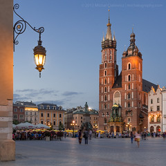 Rynek Gwny (Mike Cialowicz) Tags: longexposure light church night square nikon cathedral market basilica poland polska krakow 11 marketplace bluehour cracow f28 marketsquare sukiennice rynek d800 pl mainsquare clothhall stmarysbasilica 1735 rynekgwny 1735mmf28