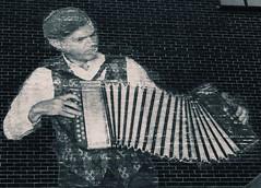 Dyn yr acordion, Caerdydd (Rhisiart Hincks) Tags: blackandwhite bw streetart blancoynegro graffiti mural cardiff caerdydd graffitiartist blancinegre blancetnoir duagwyn zwartenwit zuribeltz feketefehr murlun dubhagusbn gwennhadu siyahvebeyaz  juodairbalta schwarzundweis ernabl mustajavalkoinen livadurmoger  crnoibelo melnsunbalts negruialb dubhagusgeal celfystryd dealbhbhalla  rnoinbelo arzourgraffiti arlunyddgraffiti