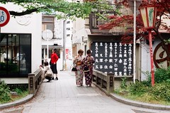 Squeeze in! (Yumeboo) Tags: film kyoto om1