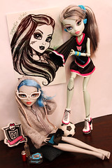 Hobbies (Mariko&Susie) Tags: monster canon computer t eos rebel hoodie high kiss doll dolls zombie frankie 600 cheerleader stein t3i x5 600d fearleader yelps ghoulia marikosusie