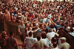 20A_0063 (L'uomo Nell'Alto Castello) Tags: 2 people film analog 35mm square italia crowd olympus celebration persone tuscany winner siena piazza om toscana festa zuiko om1 analogica crowded piazzadelcampo onda luglio vittoria festeggiamenti vincitore folla pelicola rullino zuikozoom75—150