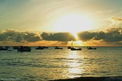 pesca. (FernandaCavalcanti) Tags: brazil sol brasil mar nikon barcos natureza viagem nuvens basco northeast tranquilidade amanhecer horizonte oceano nordeste nascerdosol paraba cabobranco calmaria barcosdepesca nikond3100 brasilemimagens joopessoa2012