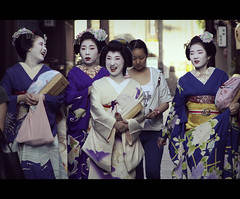 Funny Maikos & Geikos (Kyoto, Japan) (Shanti Basauri) Tags: street girls woman art girl japan laughing fun japanese costume women kyoto funny dress lol candid traditional clothes maiko geiko geisha laugh  kimono gion tradition kioto cinematic kansai