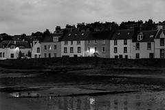 Anstruther: Castle Street. (parnas) Tags: uk blackandwhite reflection film scotland blackwhite lowlight zwartwit fife availablelight nighttime avond anstruther analoog castlestreet ilforddelta