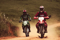 Riders (Edi Eco) Tags: brazil brasil canon minas gerais daniel estrada 7d moto farol terra motocross são velocidade 28135mm riders motos trilha matheus sapucai irmãos poeira gonçalo capacete lettieri xcross